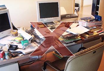 Exemple d'un espace de travail encombré : un bureau mal rangé et complètement envahis de piles de documents partout en désordre, des post-it, des corbeilles...